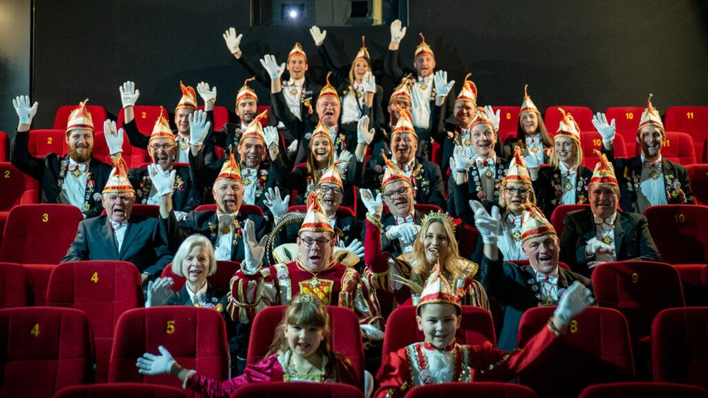 Der Elferrat mit dem Prinzen- und Kinderprinzenpaar beim Mützenabend 2020 im Kinopalast Vulkaneifel. . Foto: Verein
